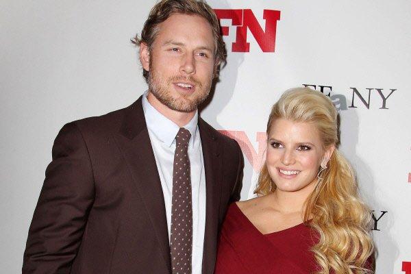 Jessica Simpson et son fiancé, l'ex-joueur de la... (Photo: AP)