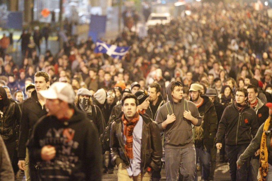 Plus d'une centaine d'arrestations, des policiers blessés, des vitres...