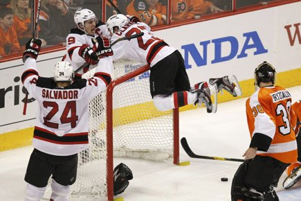 David Clarkson, des Devils, a sauté sur le... (Photo: Reuters)