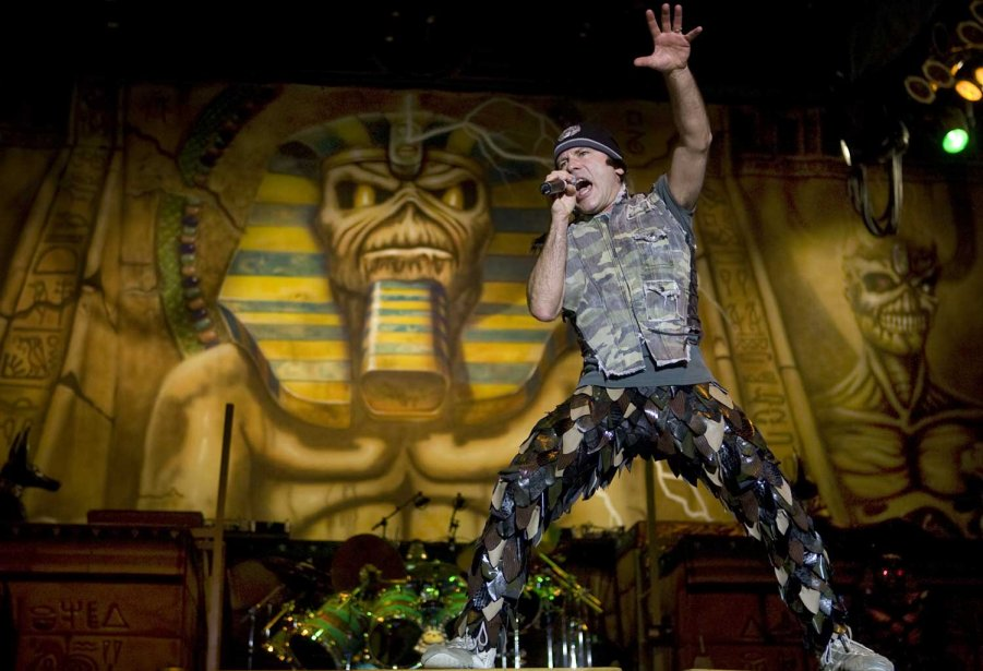 Le chanteur d'Iron Maiden, Bruce Dickinson, au cours d'un... (Photo Robert Skinner, La Presse)