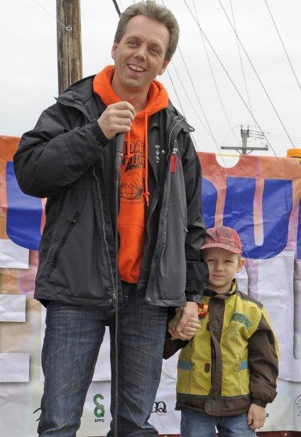 LOCK-OUT JOUR 122 (31 avril) MARCHE DE L'ÉNERGIE Un nombre de 24 syndiqués Métallos d'Alma ont amorcé mardi matin une traversée de la Réserve faunique des Laurentides jusqu'à l'Assemblée nationale jeudi. Ils entendent alors déposer une pétition comptant quelque 12 000 signatures et dénonçant les échanges hydroélectriques entre RTA et Hydro-Québec. Sur la photo, le président, Marc Maltais, accompagné de son fils, Clovis. | 2 mai 2012