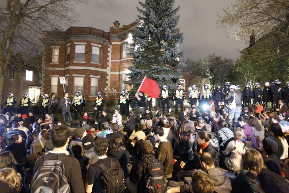 Jean Charest a eu une visite-surprise, mercredi soir. Les manifestants  qui...