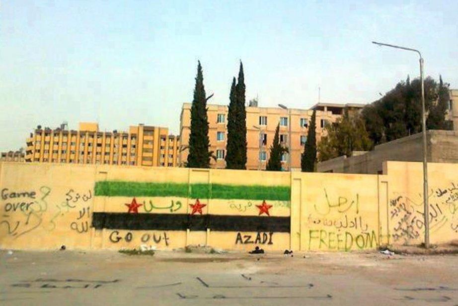 Le drapeau révolutionnaire syrien est peint sur un... (Photo: AFP)