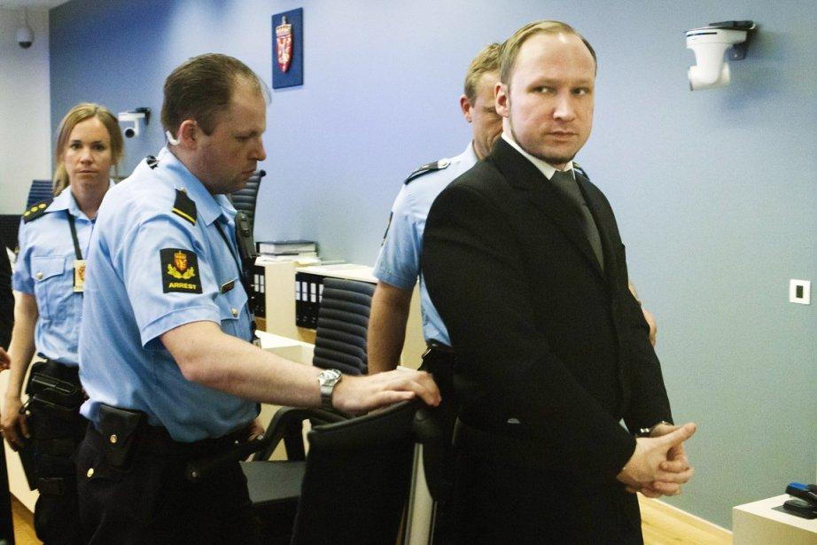 Anders Behring Breivik est escorté par les policiers... (Photo: Heiko Junge, AFP)