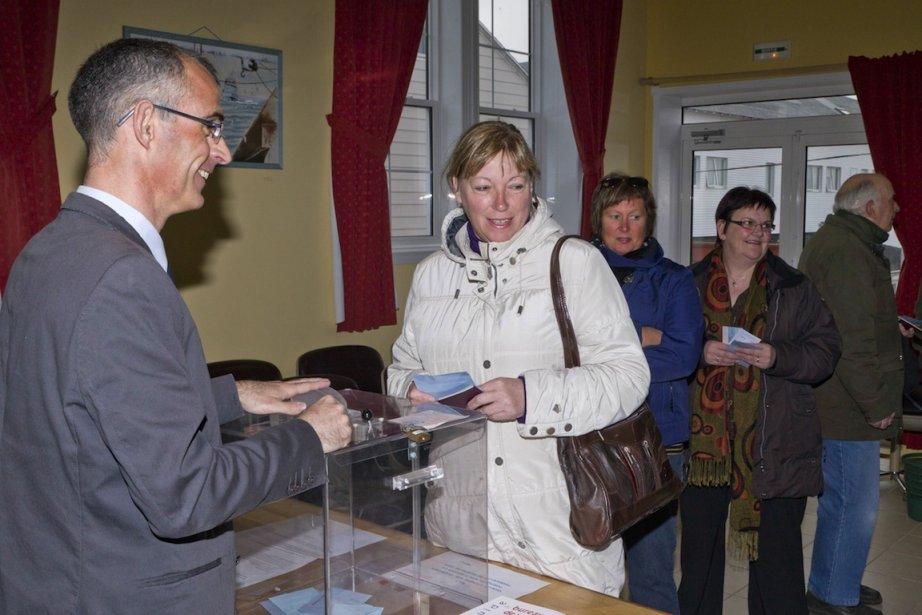 Des électeurs français votent à Saint-Pierre et Miquelon.... (Photo Jean-Christophe L'Espagnol, AFP)
