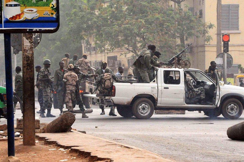 Les militaires putschistes bloquent les principaux axes de... (Photo Habibou Kouyate, AFP)