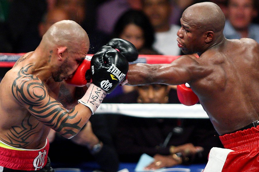 Miguel Cotto et Floyd Mayweather... (Photo: AFP)