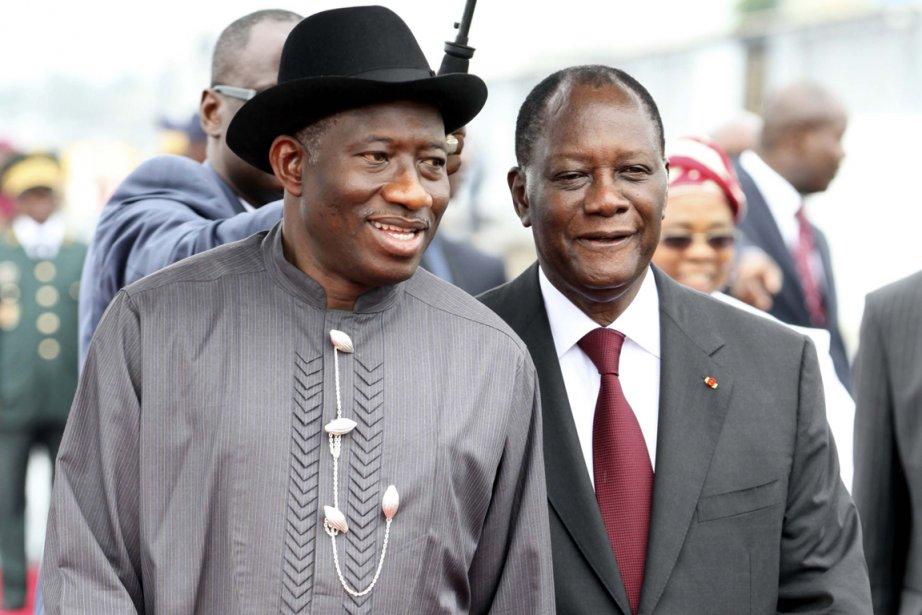 Goodluck Jonathan (à gauche) a été accueilli par... (Photo : Luc Gnago, Reuters)