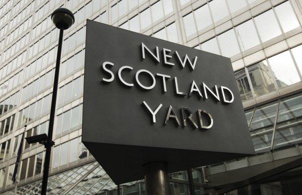 La police britannique a arrêté un adolescent soupçonné d'être un porte-parole...