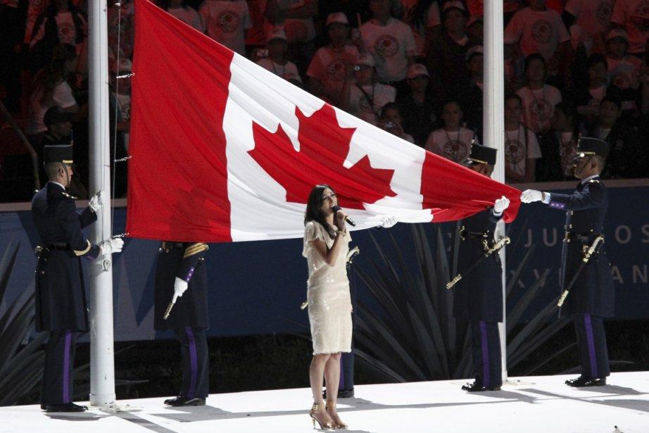 La chanteuse Florence K a interprété l'hymne national... (Photo : Sergio Moraes, Reuters)
