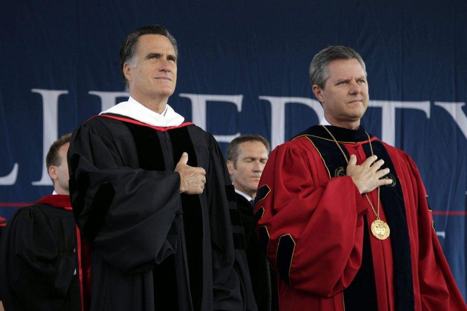 Mitt Romney (à gauche) et Jerry Falwell Jr,... (Photo AP)