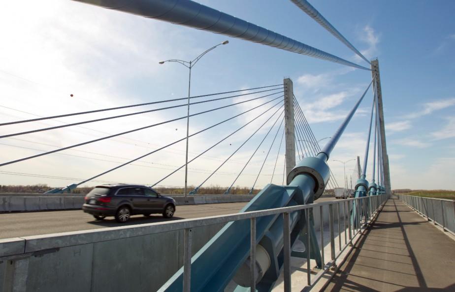 Le pont de l'autoroute 25, qui compte six... (Photo archives La Presse)