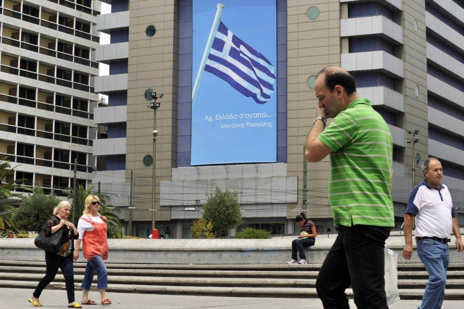 Des gens marchent sur la place centrale d'Athènes,... (Photo:  Louisa Gouliamaki, AFP)