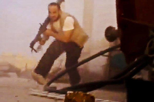 Un combattant rebelle affronte les soldats de l'armée... (Image: AP Photo/Shaam News Network)