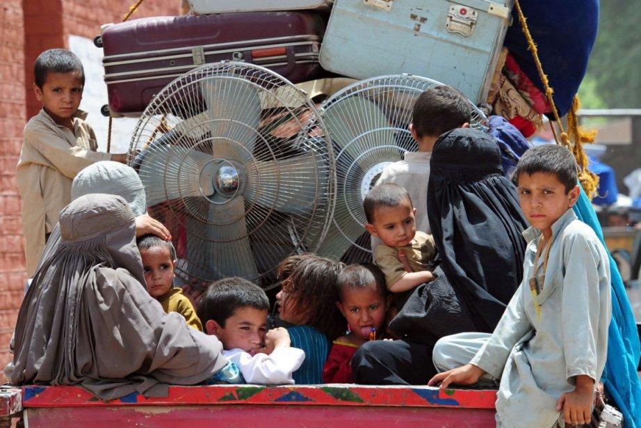 Des pakistanais qui quittent ledistrict de Khyber.... (Photo: AFP)
