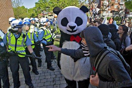 Affrontement entre policiers et manifestants devant le collège... (Photo: Patrick Sanfaçon, La Presse)