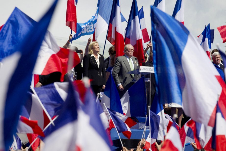 La chef du FN Marine Le Pen, accompagnée... (Photo: Joel Saget, Archives AFP)