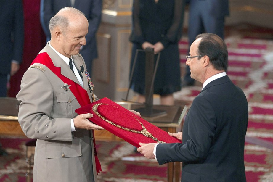 Le général Jean-Louis Georgelin remet le collier cérémonial au président élu François Hollande, qui est devenu au terme de son investiture le 7e président de la Ve République. (Photo: CHARLES PLATIAU, AFP)