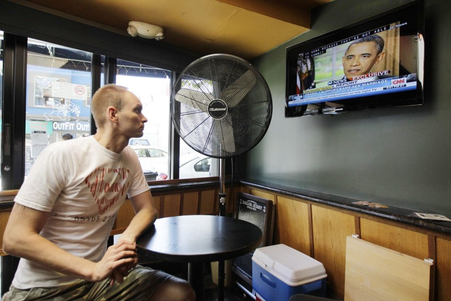 Un résidant de San Francisco écoute le discours... (Photo: Ben Margot, Archives AP)