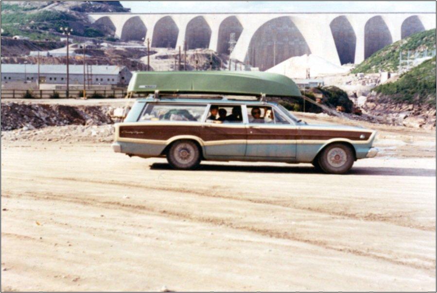 «Bon souvenir de nos vacances de pêche à Manic 5, en 1970. Toute la famille à bord pour un long voyage de huit heures de route.» - Alain Simon, Montréal | 15 mai 2012