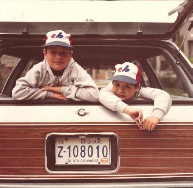 «Voici une photo de moi (à gauche) et de mon frère Simon dans la familiale de mon père. La photo date de 1982 ou 1983. Nous aimions beaucoup cette voiture; je me rappelle des