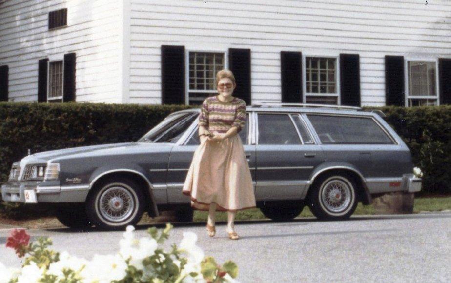 «Nous aimons parcourir monts et vallées à la découverte de beaux morceaux pour meubler notre grande maison de Mont-Saint-Hilaire. Un merveilleux véhicule pour transporter toutes ces trouvailles: une Pontiac Grand LeMans Station Wagon 1981. Elle nous avait coûté un total de 11476,32$. Quand même pas si mal pour une voiture équipée de toutes les options...» - Jean-Claude Marcoux, Mont-Saint-Hilaire (sa femme Lucille Grenon est sur la photo) | 15 mai 2012