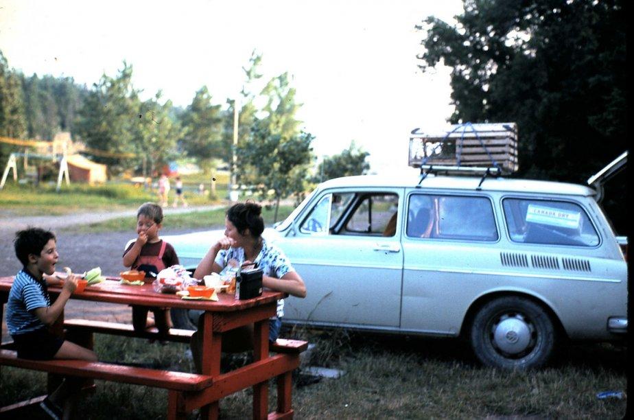 «Les photos ont été prises lors d'un tour de la Nouvelle-Écosse en 1976. Pour l'anecdote, la cage à homard sur le toit du Volks, mon père l'avait ramassée échouée sur la grève, trimballée plus de trois semaines sur le toit du char et rapportée à Saint-Bruno en guise de souvenir. Pas mal plus original qu'un coquillage peint