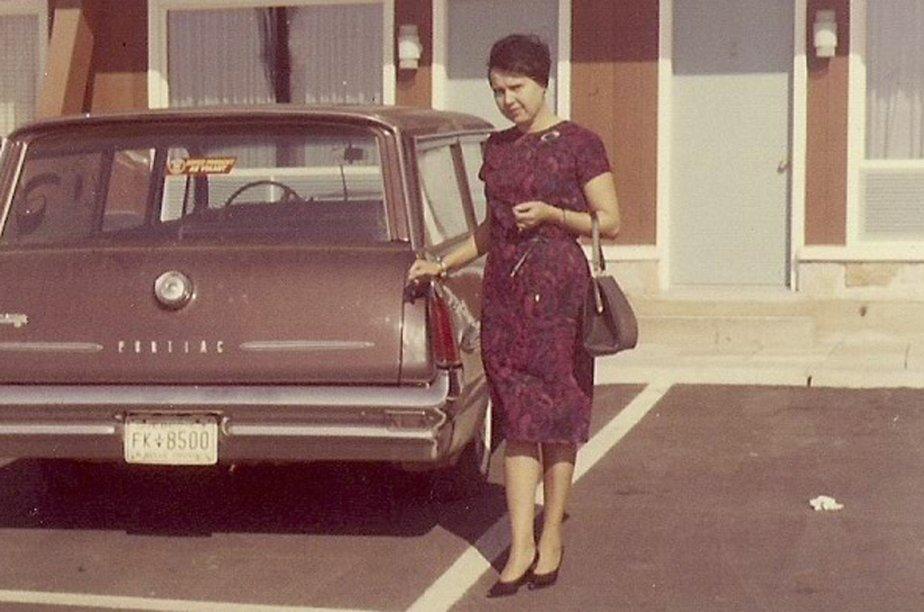 «Voici ma mère Bernadette Turcotte-Marcotte posant fièrement à côté du nouveau station wagon que mon père venait d'acheter.» - Hélène Marcotte, Saint-Eugène-de-Grantham | 15 mai 2012