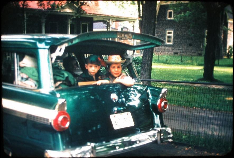 «Je suis celui avec le chapeau vert de Robin des Bois et mon frère est le cowboy à ma gauche. C?était il y a plusieurs années (j?ai maintenant 61 ans...). Étant amateur de vieilles bagnoles, j'ai fait des recherches et il s'agirait probablement d'un Ford Parklane 1950!» - Robert Bock , Mont-Royal | 15 mai 2012