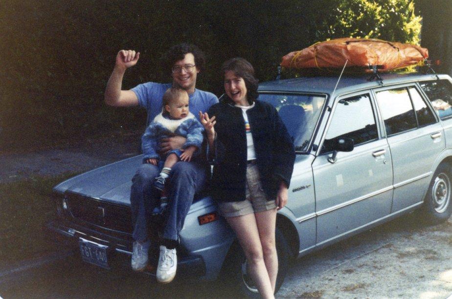 «Juin 1982. C'est le départ de Vancouver vers Montréal après un séjour de trois ans en Colombie-Britannique, avec une magnifique fille de 15 mois, Marie-Claire, et notre fidèle Toyota Corolla familiale grise 1977, achetée usagée avec 10 000 km au compteur en 1979. Neuf jours à sillonner le pays d'ouest en est. Aucun pépin ni ennui mécanique de tout le voyage. Sur le toit? Le