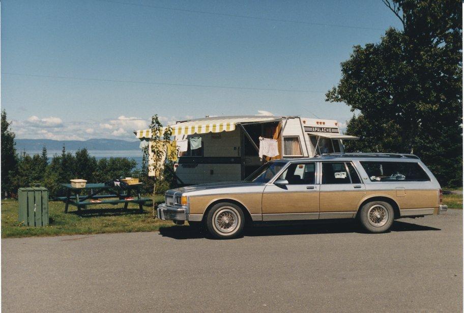 «Cette photo a été prise au camping municipal de la Pointe à Rivière-du-Loup. Nous avions décidé de faire le tour de la Gaspésie avec nos deux jeunes? Jean-Claude et Daniel, âgés respectivement de 12 et 9ans. C'était à l'été 1988. Ce fut un voyage mémorable, surtout que c'était la première fois que nous partions avec la caravane de marque Apalache 1975 et notre nouvelle voiture Chevrolet Caprice 1986, achetée usagée en 1988.» - André Corsilli, Laval | 15 mai 2012