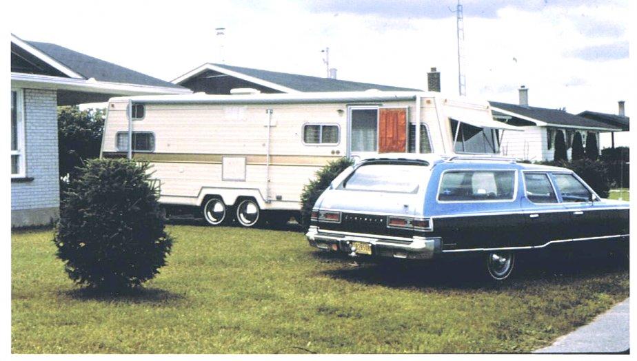 «Photo datant de juin 1978. La voiture devait tirer cette roulotte avec un 440, mais elle ne donna pas le rendement prévu. Cette voiture a eu de nombreux problèmes et consommait beaucoup (15 milles/gallon au mieux). Anecdote: à l'occasion d'un plein d'essence à St-Jean sur Richelieu le pompiste me demanda d'où pouvait venir ce monstre, il n'en avait jamais vu de semblable.» - Aurèle Poulin, Victoriaville | 15 mai 2012