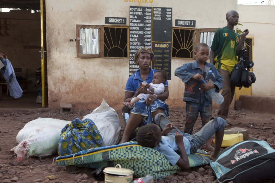 Une famille malienne fuit le nord du pays,... (Photo: Reuters)