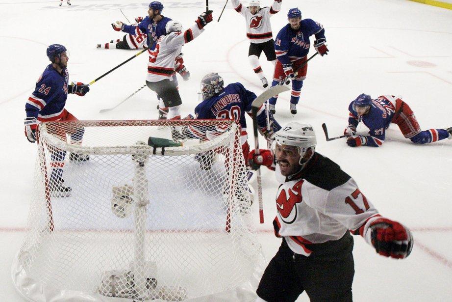Le duel Rangers-Devils fait rage dans le cadre... (Photo: AP)