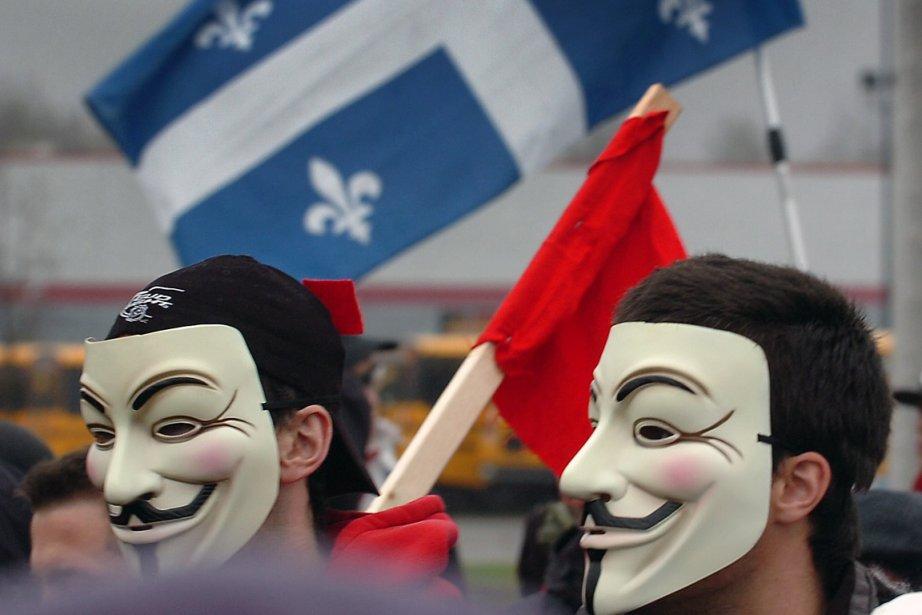 Carré rouge et masques sont devenus les symboles... (Photo Jean-Marie Villeneuve, Le Soleil)