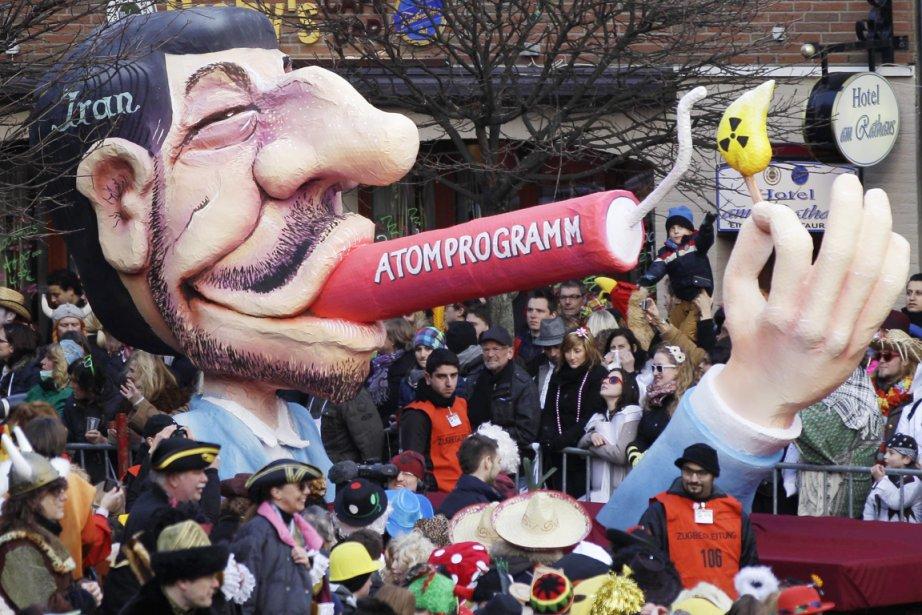 Une poupée géante à l'effigie du président iranien... (Photo: Frank Augstein, Archives AP)