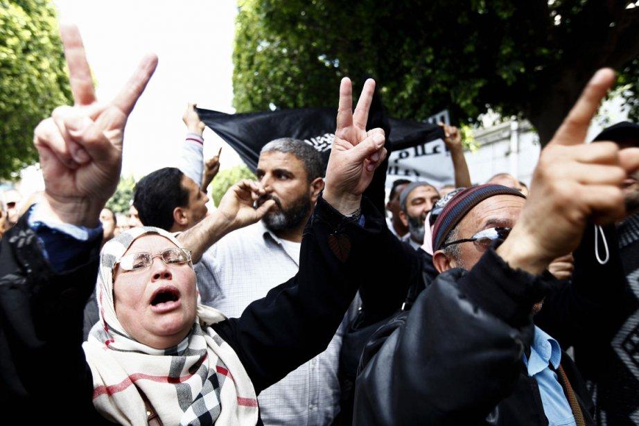 Des centaines de salafistes tunisiens se sont réunis... (REUTERS / Anis MILI)