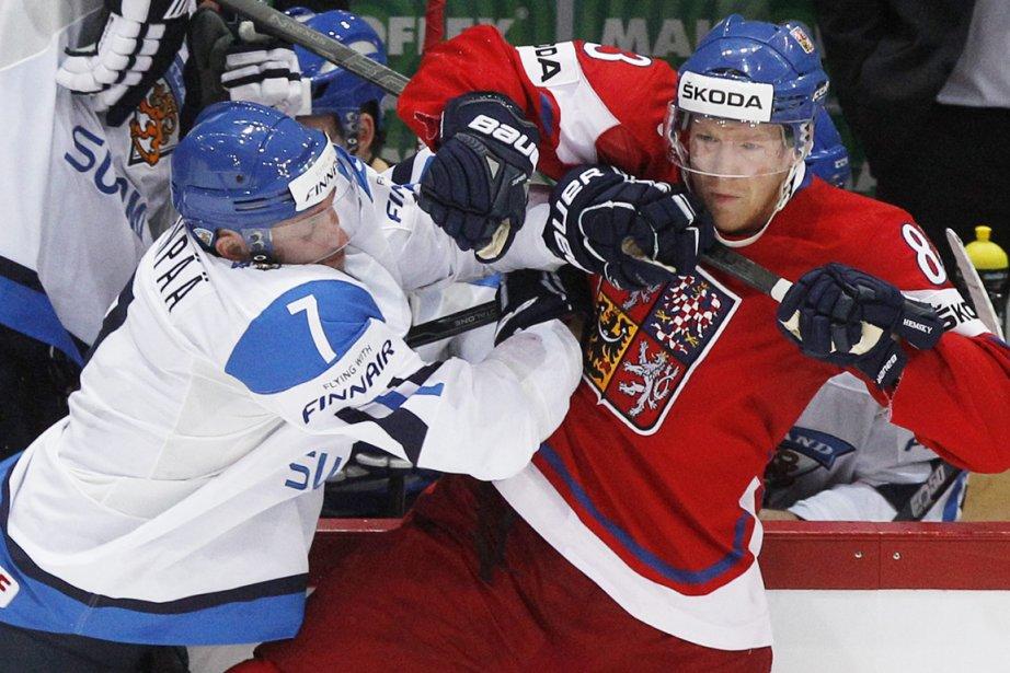 Le Finlandais Mikko Maenpaa a beau vouloir gêner... (AP Photo / Dmitry Lovetsky)