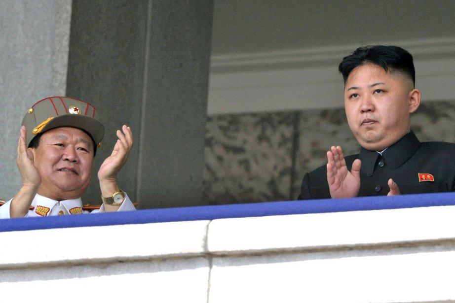 Kim Jong-un (à droite) le 15 avril dernier... (Photo: archives AP)