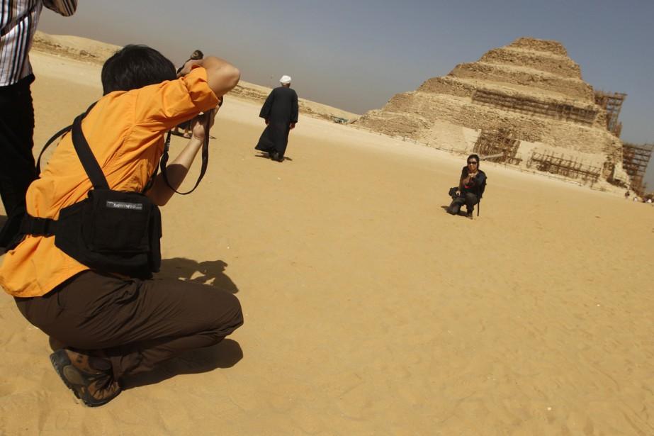 Des touristes prennent des photos de pyramide à... (Photo archives Peter Andrews, Reuters)