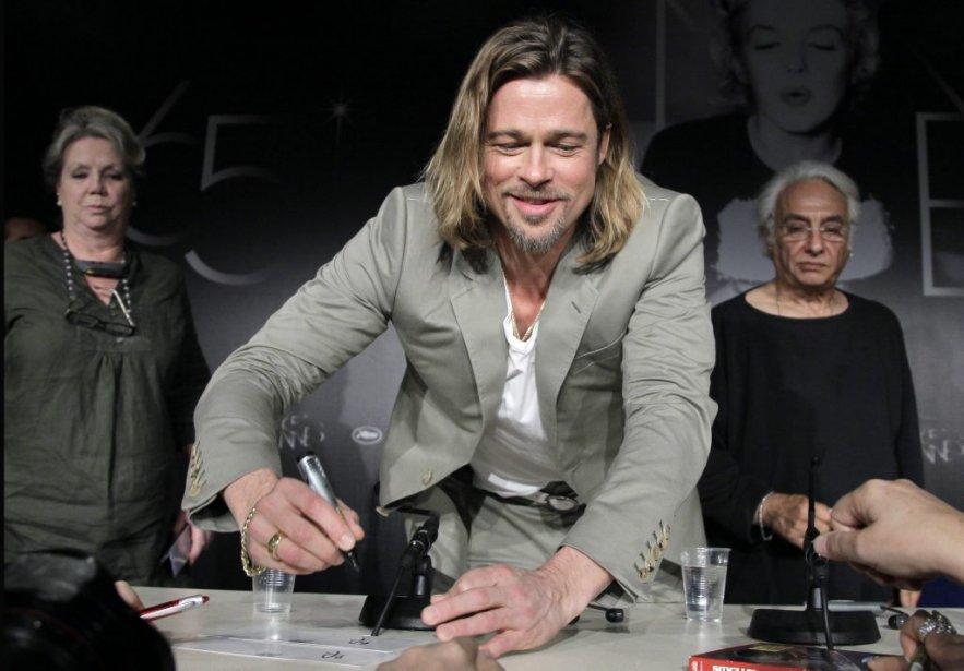 Brad Pitt signe des autographes pendant la conférence de presse de Killing Them Softly. | 22 mai 2012