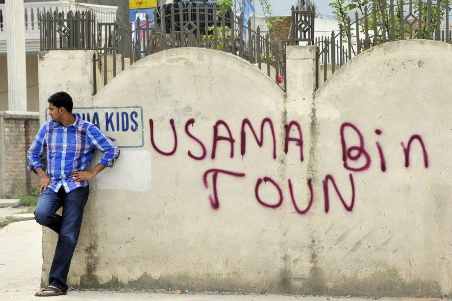 Un homme est adossé sur un mur marqué... (Photo: Aamir Qureshi, Archives AFP)
