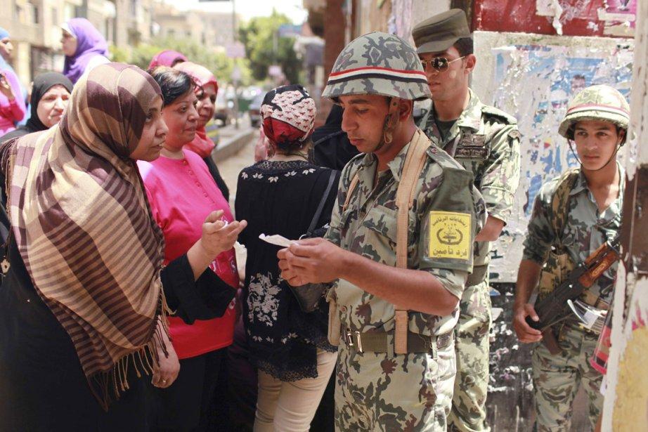 Des soldats montent la garde alors que des... (Photo: Mohammed Salem, Reuters)