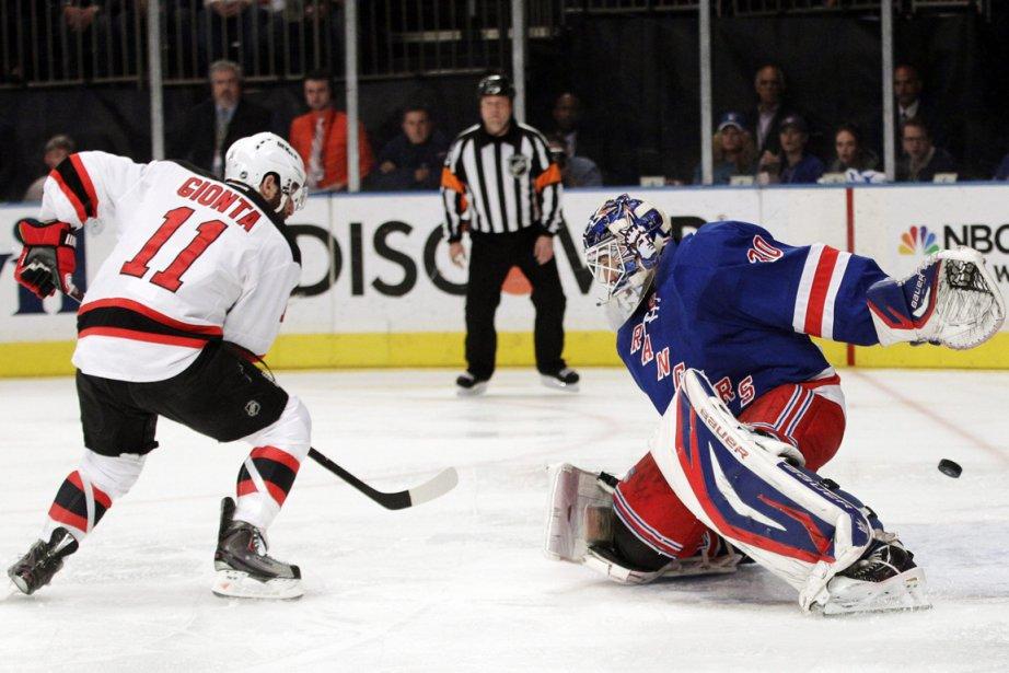 Stephen Gionta, des Devils, a déjoué le gardien... (Photo: AP)