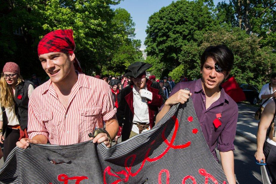 Manifestation de pirates et de ninjas au centre-ville... (Photo: Edouard Plante-Fréchette, La Presse)