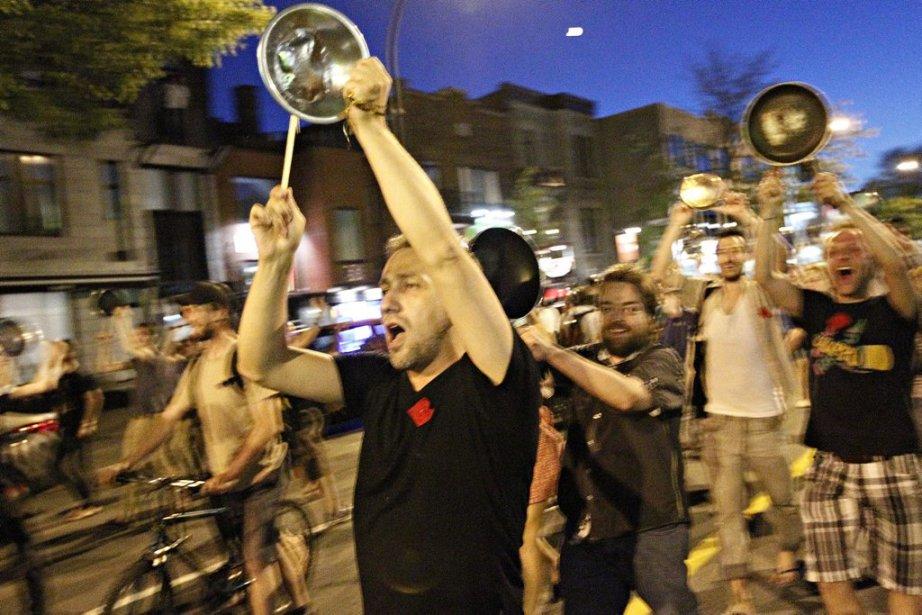 Des manifestants ont apporté leurs casseroles aux manifestations nocturnes | 24 mai 2012