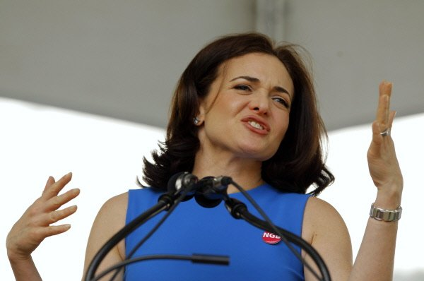 La chef de l'exploitation de Facebook, Sheryl Sandberg...