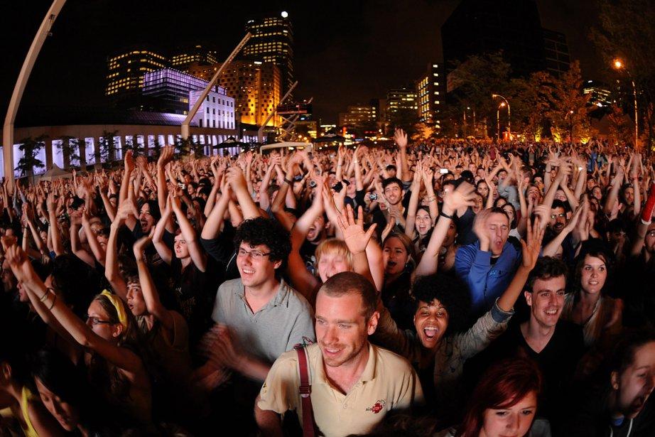 Sur cette photo de 2011, des spectateurs apprécient... (Photo: Bernard Brault, archives La Presse)
