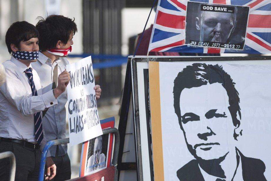 Deux activistes supportant le fondateur de WikiLeaks ont... (Photo: Ki Price, Reuters)