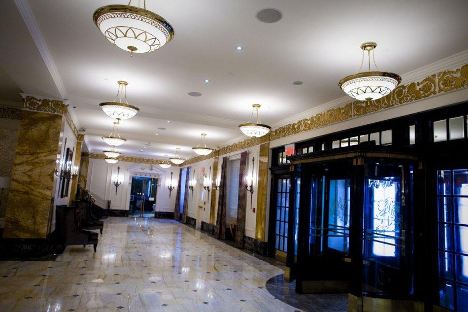 Dans le hall, un miroir et des lustres qui datent des débuts de l'établissement font encore partie du décor. Au plafond, une fresque composée de plantes et d'oiseaux a été peinte pour donner l'impression aux visiteurs qu'ils se trouvent à l'intérieur d'une serre. (Photo André Pichette, La Presse)